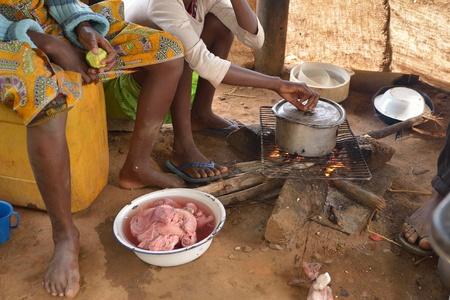 Niña africana se prepara la comida