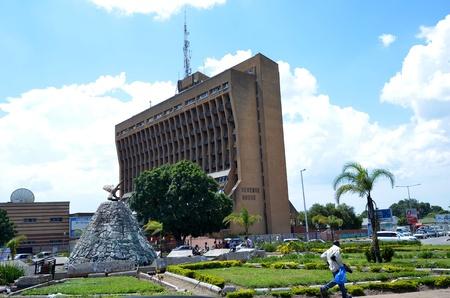 Lusaka, Zambia, 02 de diciembre: Casa de Ingresos Square, el centro de Lusaka con uno de los edificios más altos de la capital, este edificio alberga las oficinas más importantes de la capital, en diciembre de 2,2011 en Lusaka, Zambia