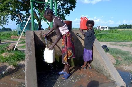 Lusaka, Zambia, diciembre 3,2011: identificados los niños africanos a buscar agua millas de distancia de su casa y no asistir a la escuela para ayudar a su familia, en diciembre de 3,2011 en Lusaka, Zambia
