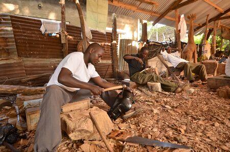 cooperativismo: Malindi, Kenia, 20 de octubre: artista artesano talla en una industria de gran valor art�stico. La cooperativa m�s grande de segundo de talladores de madera en Kenia, esta cooperativa de m�s de 640 talladores de madera en Malindi octubre 20,2011