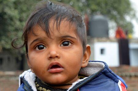 Nueva Delhi, India el 4 de febrero de 2013: Un ni�o vive no identificados en los barrios pobres de Nueva Delhi Foto de archivo - 18222571