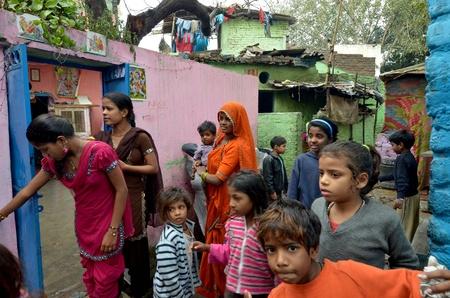 arme kinder: New Delhi, Indien 4. Februar 2013: Eine Gruppe von Müttern und Kindern in den Slums von Neu-Delhi