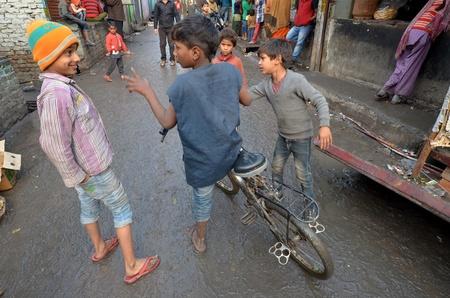 arme kinder: New Delhi, India 4. Februar 2013: ein nicht identifizierter Kinder spielen in den ärmsten Viertel von New Delhi
