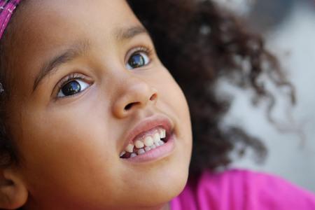 niños riendose: niño africano