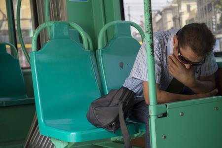 cansancio: hombre deprimido