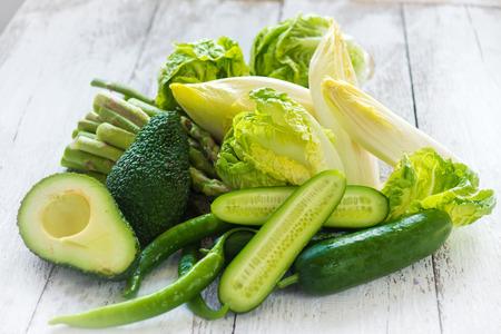 Grünes Gemüse auf Holzuntergrund Standard-Bild - 41606668