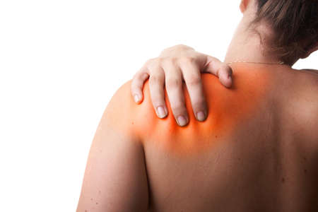gesundheitsmanagement: Junge Frau mit sever R�ckenschmerzen. Sie h�lt Ihre Schoulder. Over white Background. Bereich zu verletzen ges�ttigt war in rot, um den Schmerz zu symbolisieren.