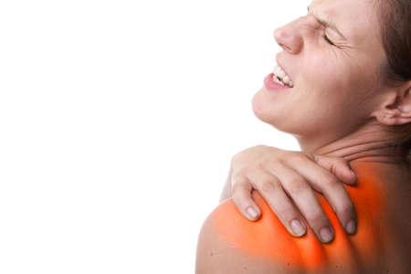 gesundheitsmanagement: Junge Frau mit sever R�ckenschmerzen. Sie h�lt ihr schoulder. Over white background. Das Gebiet wurde verletzt in rot ges�ttigten, um den Schmerz zu symbolisieren. Lizenzfreie Bilder