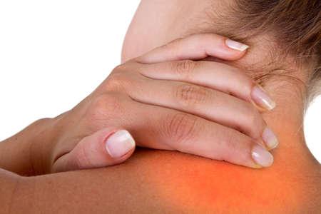 epaule douleur: Femme avec douleur dans son cou et les épaules, isolé shot médicaux sur fond blanc. Zone rouge symbolise la douleur.