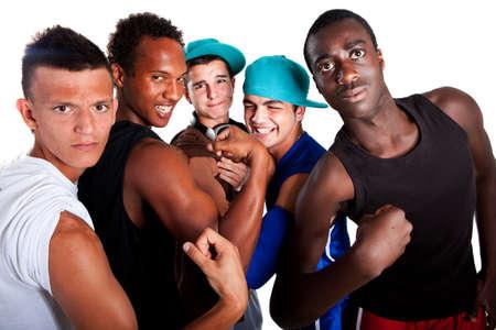 Grupo de jóvenes de cinco adolescentes aislados sobre blanco. Hombres jóvenes frescos con traje elegante athletivc.