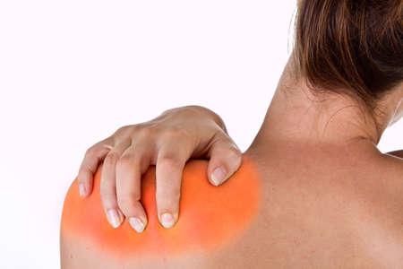 epaule douleur: Femme avec douleur dans son cou et les épaules, isolé shot médicaux sur fond blanc.