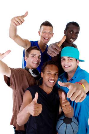 Joven grupo interracial fresca de adolescentes mostrando pulgares arriba signo como una señal de éxito. Aislados sobre fondo blanco.