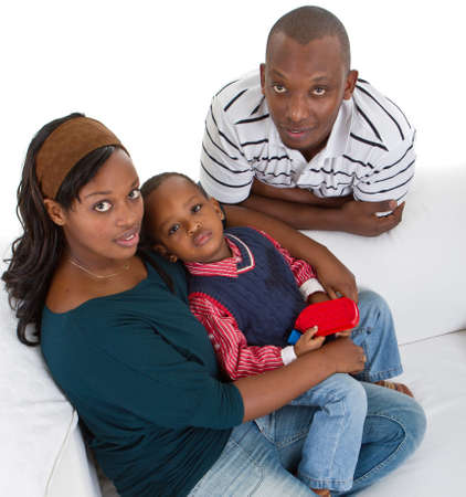 アフロアメリカン: 若いアフロ アメリカン 3 人家族、白地にソファの上。
