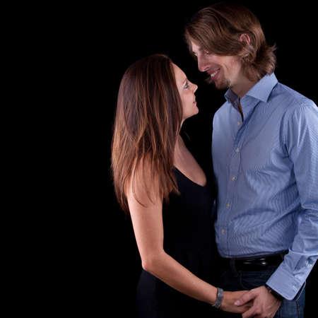 Jóvenes bonita pareja con pelo largo sobre fondo negro.  Foto de archivo - 8271320
