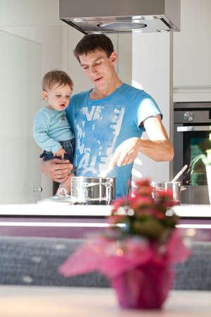 vater und baby: Junger Vater Koch mit seinem kleinen Sohn in einer modernen K�che.