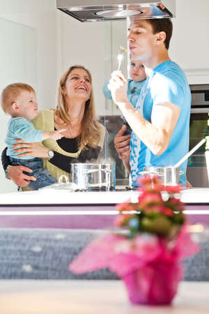 ni�os cocinando: Cocina Joven de la familia en un ambiente de cocina moderna