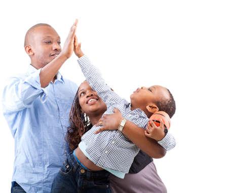 familia de cinco: Joven y feliz familia afro americano aislado sobre fondo blanco.