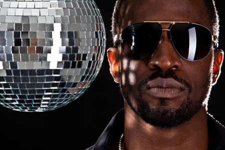 fiesta dj: Hombre joven fresca negro con bola de discoteca sobre fondo negro.
