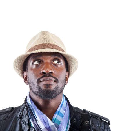 bata blanca: Hombre joven negro con ropa elegante mira para arriba - aislado sobre fondo blanco.