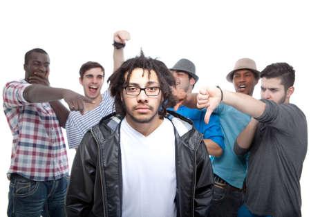 Junge Gruppe von Männern, Mobbing einer von ihnen werden.