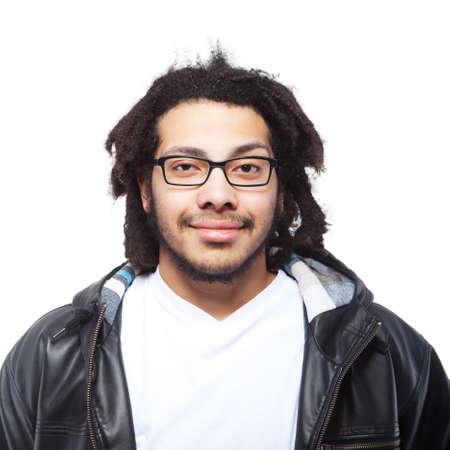 dreadlocks: Hombre joven con el pelo rasta sobre fondo blanco. Imagen aislada.