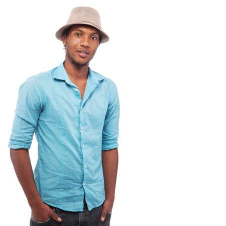 garcon africain: Jeune homme avec un chapeau Brazlian isol� sur fond blanc.