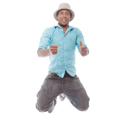 danza africana: Joven afro americano del hombre saltando sobre fondo blanco.