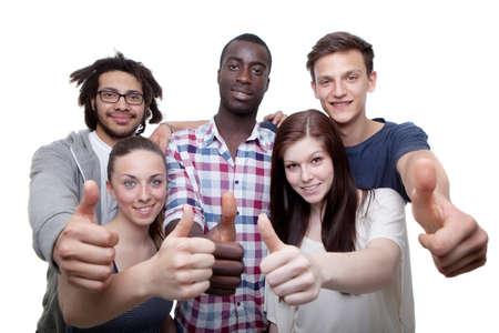 interracial: Gruppe von f�nf jungen M�nnern und Frauen zeigt Daumen hoch Zeichen.