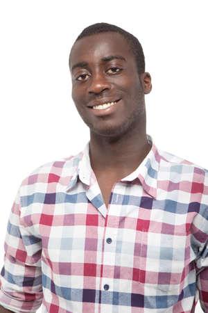 hombres negros: Joven negro con una bonita sonrisa sobre fondo blanco.