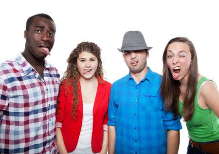 lengua afuera: Grupo de amigos felices aislados sobre fondo blanco