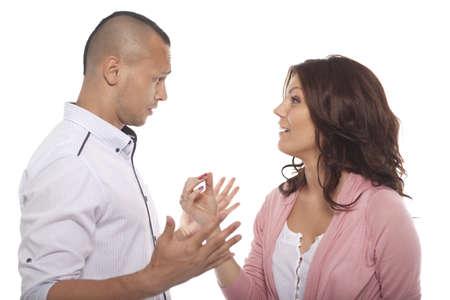 dos personas hablando: Retrato de un par tener una conversación en el fondo blanco Foto de archivo