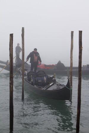 Gondole w Wenecji otoczone mgłą wczesnym zimowym rankiem Publikacyjne