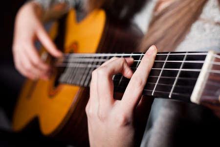 女性は、アコースティック ギターを弾く 写真素材