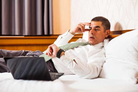 llegar tarde: El hombre de negocios dándose cuenta de que va a llegar tarde