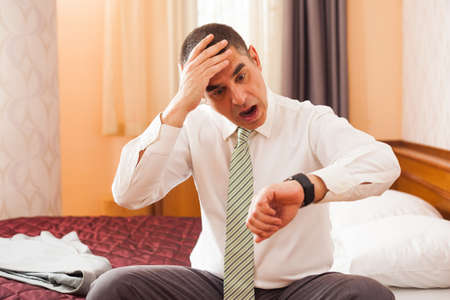 El hombre de negocios dándose cuenta de que va a llegar tarde