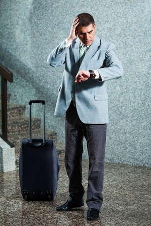 llegar tarde: El hombre de negocios que mira el reloj, �l va a llegar tarde