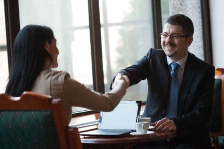saludo de manos: La gente de negocios que llegan a un acuerdo Foto de archivo