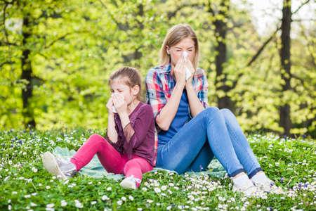 nariz: Dos personas con síntomas de alergia soplan sus narices Foto de archivo