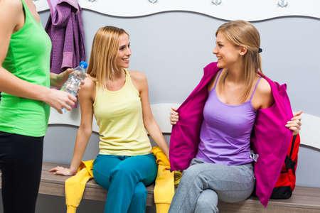 vistiendose: Las ni�as son vestirse para el entrenamiento de la aptitud