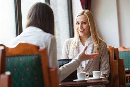 カフェで話している 2 人の女性