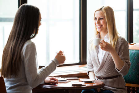 amigas conversando: Conversación amistosa
