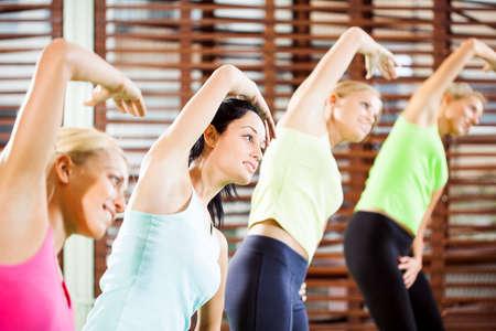 Mujeres que ejercitan en el gimnasio