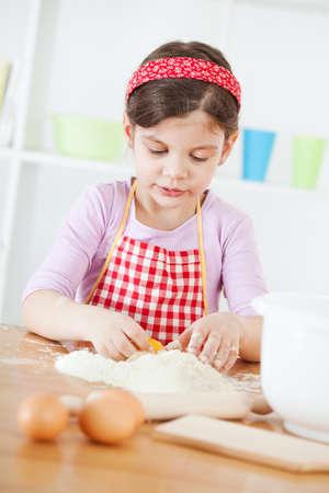 어린 소녀: Little girl making the dough
