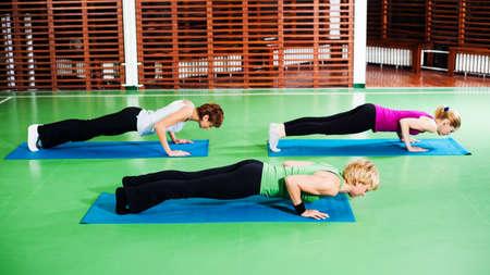 good posture: Las ni�as que practican yoga Yoga Chaturanga Dandasana FourLimbed Personal Pose