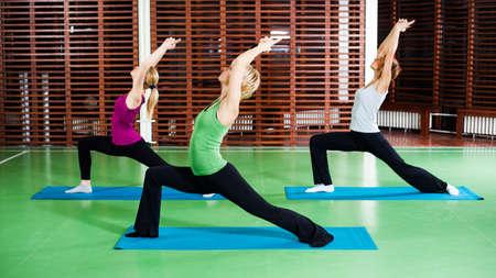 good posture: Las ni�as a practicar yoga Virabhadrasana Guerrero pose