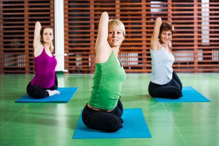 buena postura: Las ni�as que practican yoga Eka Pada Rajakapotasana Pigeon plantean Foto de archivo