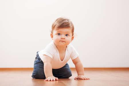 baby crawling: Beb� lindo que se arrastra