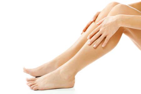 Schöne weibliche Beine, glatte Haut nach dem Wachsen Standard-Bild - 42017138
