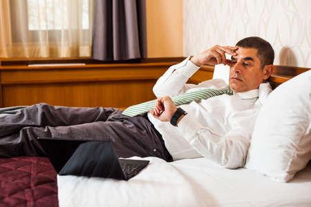 llegar tarde: El hombre de negocios d�ndose cuenta de que va a llegar tarde