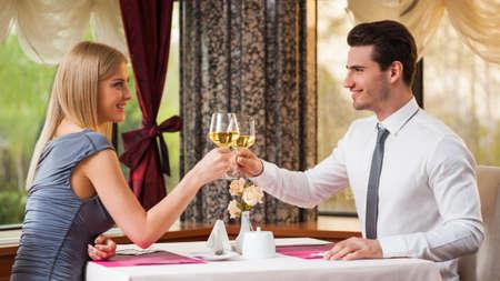 幸せなカップルのレストランで素晴らしい時間を過ごして